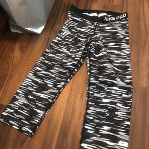 Cropped Nike Pro S camo leggings